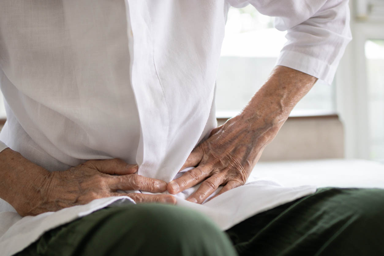homme senior souffrant de problème de constipation