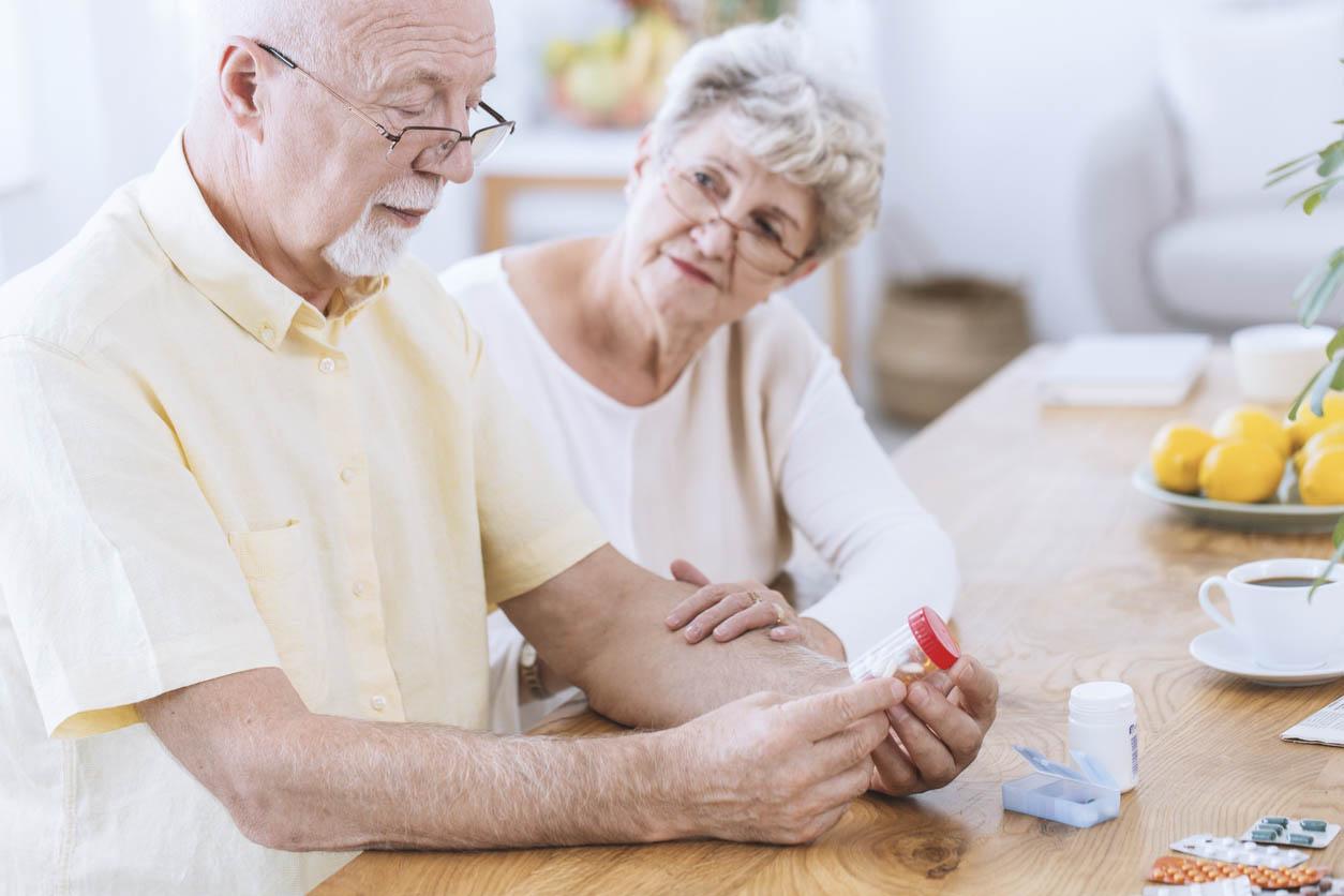 homme senior se piquant pour mesurer son diabete