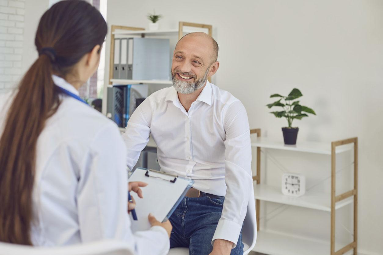 Un homme d'âge moyen parle à un médecin dans le bureau