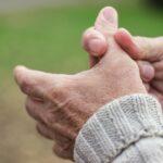 L'homme âgé a la douleur dans les doigts et les mains
