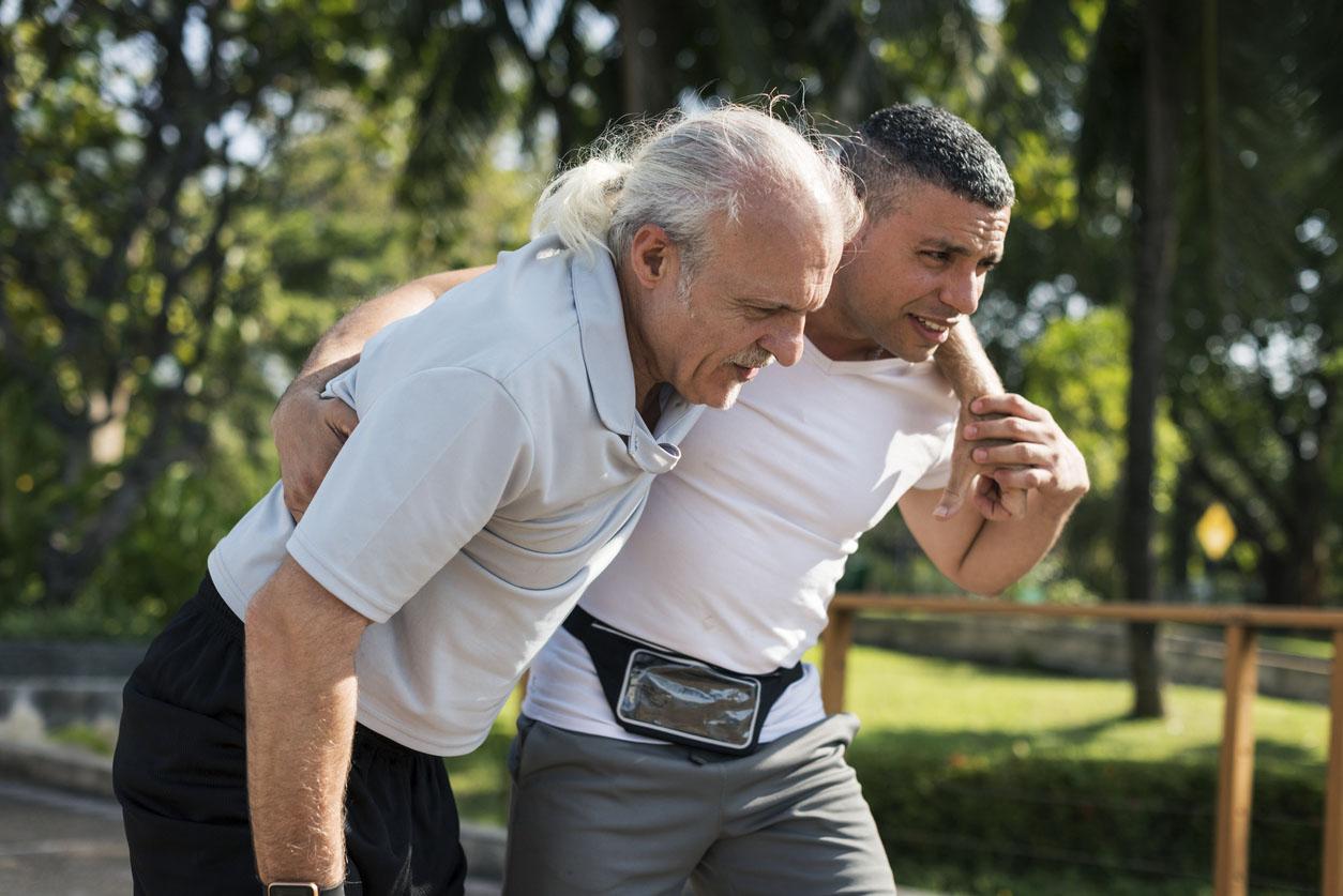 homme senior venant de se faire une déchirure musculaire