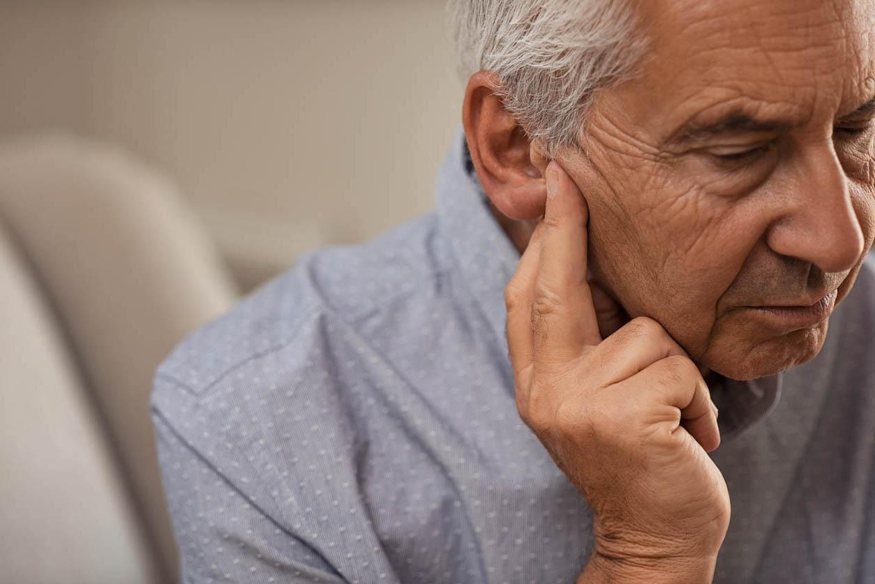 homme senior semble contrarié