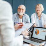 couple de retraité devant un conseillé de gestion du patrimoine