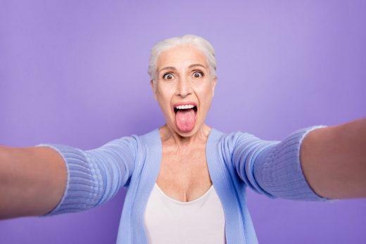 femme senior qui tire la langue