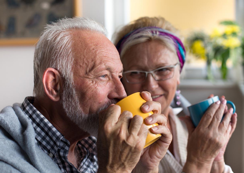 couple de senior qui boivent du thé
