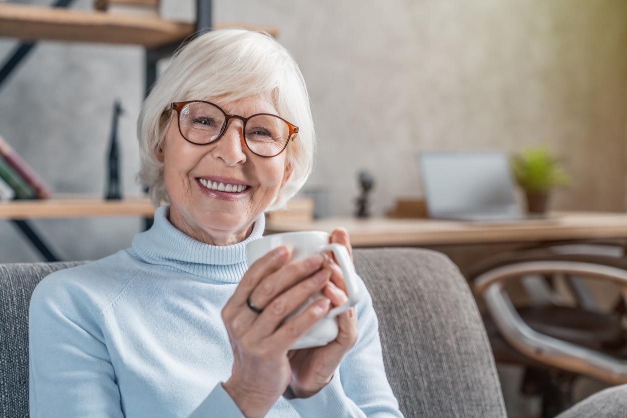 femme senior boit du thé