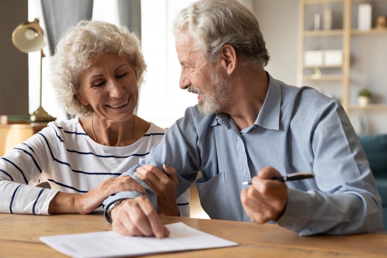 couple senior qui discute de leur contrat dassurance