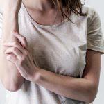 femme mure qui se gratte le bras a cause du zona