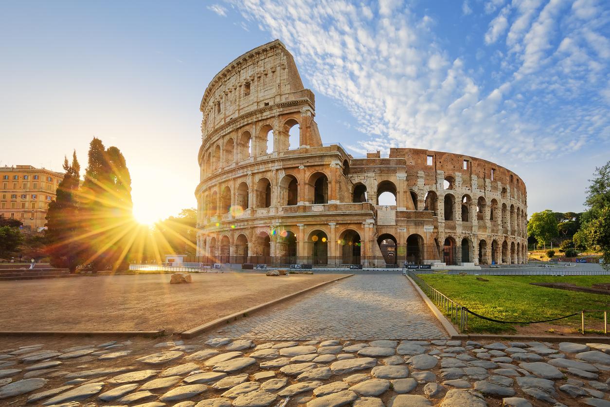 Colisée de Rome, en Italie et du soleil du matin