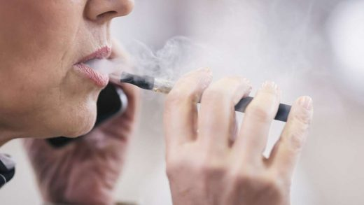 femme senior qui fume une cigarette electronique