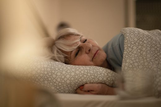 femme senior qui dort