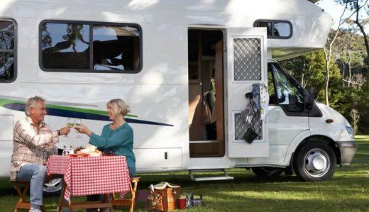 Senior Couple Devant Leur Camping Car
