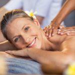 Femme se huile massage au spa