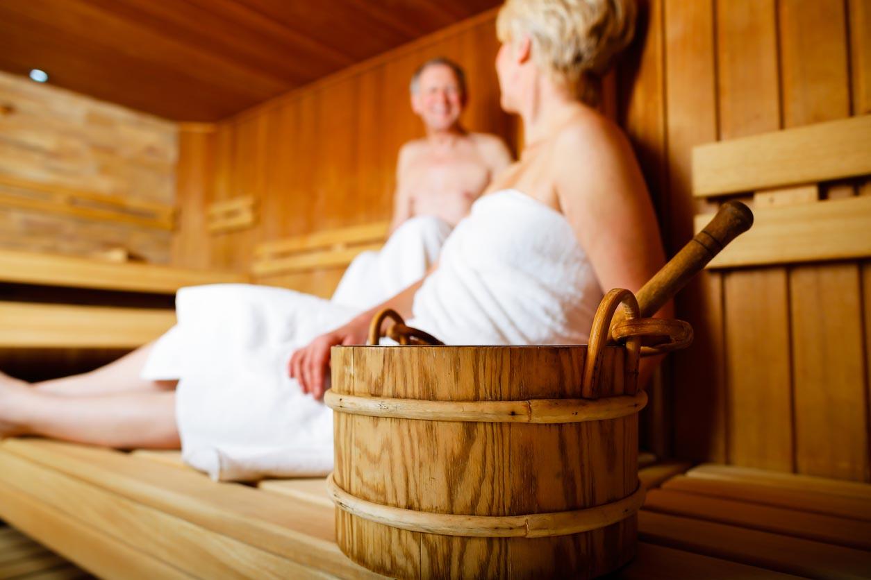 Les personnes âgées dans le sauna transpirent et se détendent