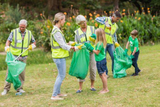 senior qui collectent des déchets benevolement