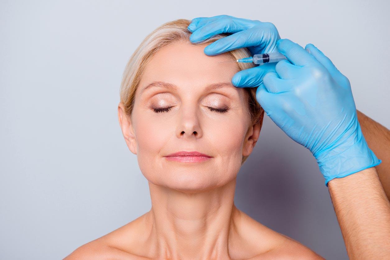 femme mure se faisant injecter du botox